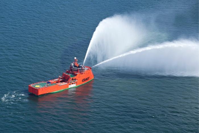 AT-Luftfoto-Esbjerg-har-her-luftfotograferet-ESVAGT-Aurora-mens-skibet-tester-vandkanonerne