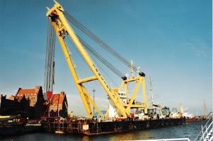 2005-10-29,_Stralsund,_Hafen,_Schwimmkran_Taklift_7_am_Hansakai
