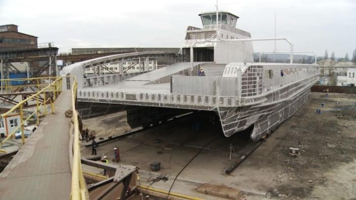 1252872-Przygotowania-do-wodowanie-aluminiowego-statku