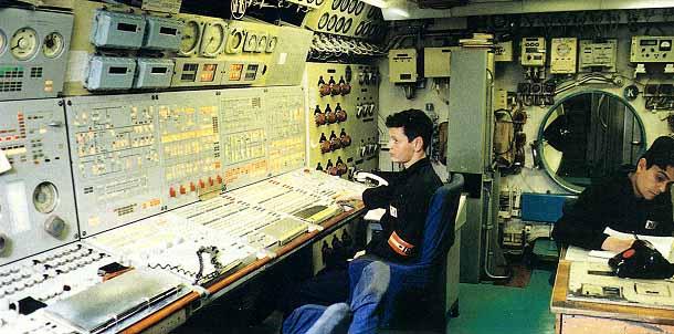 (Vista de la sala de control de un submarino clase Typhoon)
