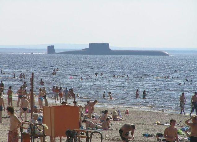 (Perspectiva de un submarino Typhoon frente a una playa rusa repleta de bañistas)