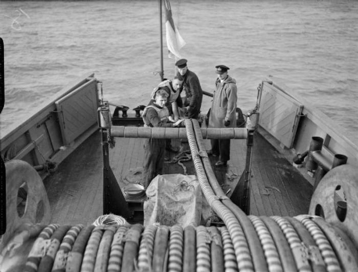 Maquinillas y cables del sistema de rastra de un dragaminas en la II Guerra Mundial. Nótese como la cubierta y los barraganetes son claramente de madera - imagen con licencia CC; obtenida aquí