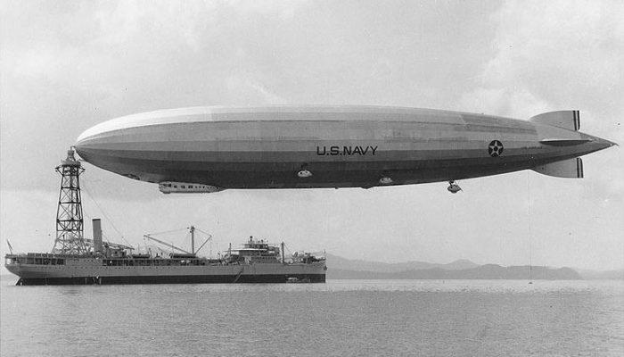 ZR3_USS_Los_Angeles_an_Kriegsschiff