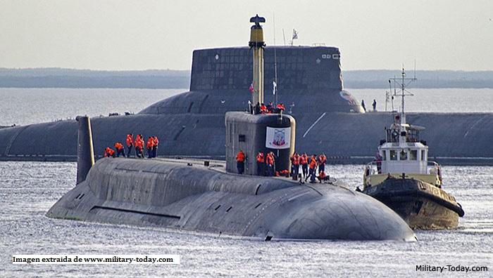 Imagen de un submarino Borei (submarino Typhoon al fondo)
